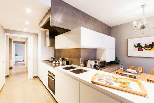 Peinture lumineuse avec abstraction dans une cuisine moderne