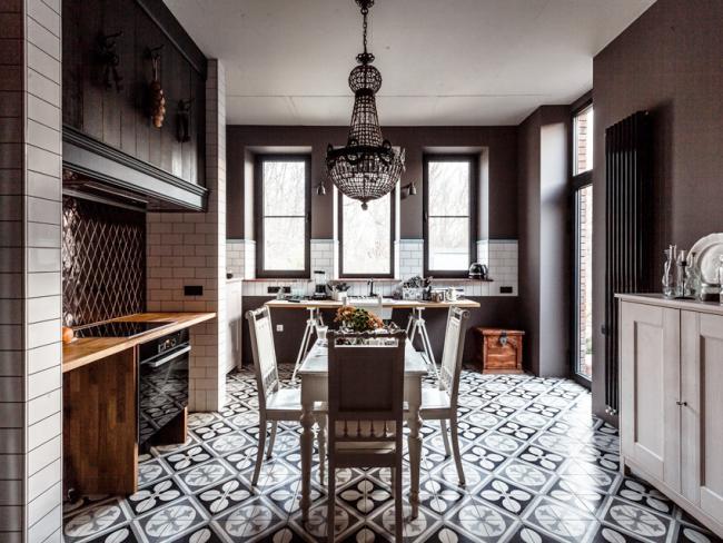 Une combinaison harmonieuse de meubles et d'éléments de décoration est la principale caractéristique du style