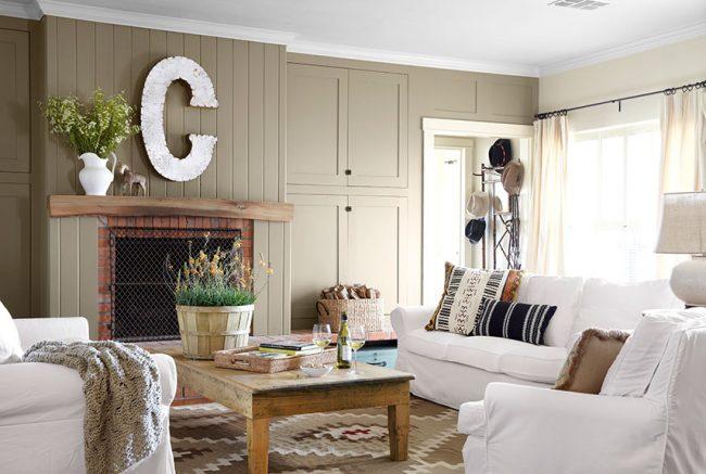 Ambiance lumineuse dans la conception du salon d'une maison de campagne
