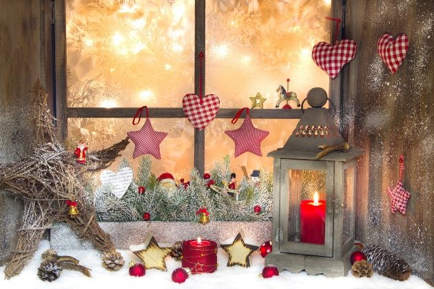 Décoration chaleureuse et confortable du rebord de la fenêtre du Nouvel An