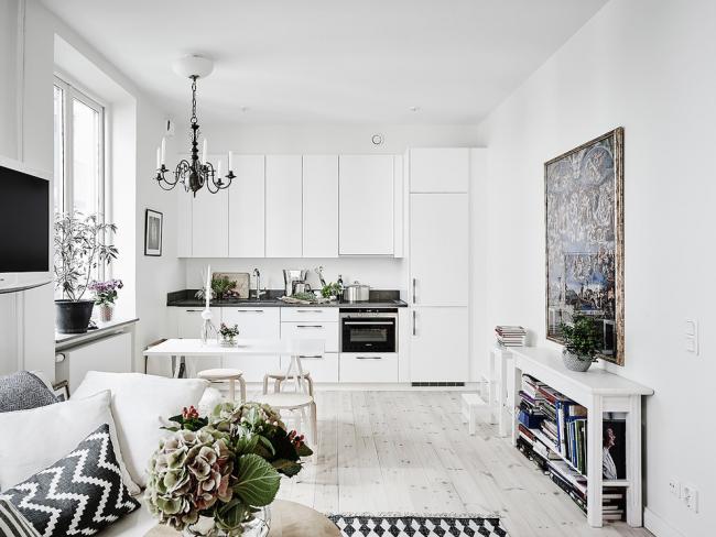 L'ensemble blanc comme neige est parfait pour les amateurs de minimalisme intérieur et de brièveté