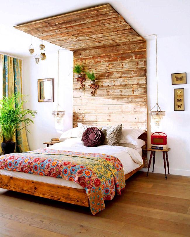 Vous pouvez même créer un véritable coin naturel chez vous en ajoutant des éléments floraux au design d'un lit en bois.