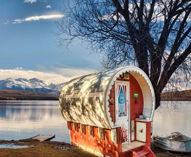 Maisonnette au bord d'un lac de montagne