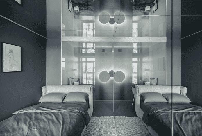 miroir au plafond à l'intérieur de la chambre