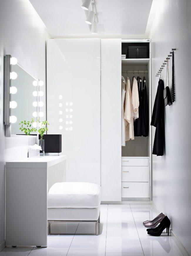 Petit miroir de dressing dans le couloir avec éclairage supplémentaire