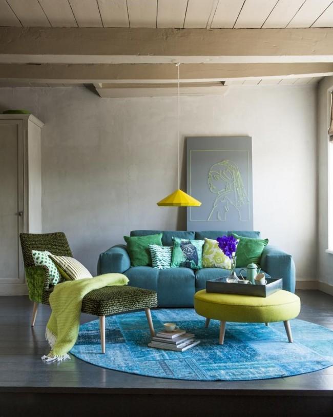 Tapis rond turquoise vif assorti au meuble
