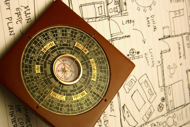 Lo-Pan est une boussole utilisée par les spécialistes du Feng Shui.  Il se compose d'une plaque métallique (