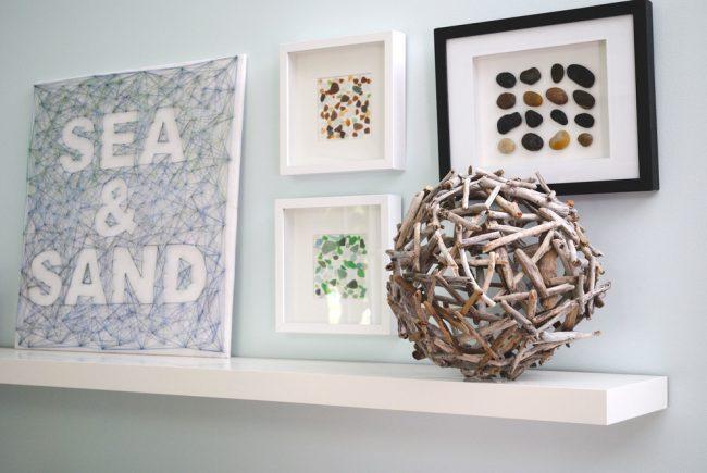 Un panel de clous et de fils en combinaison avec un panel de matériaux naturels