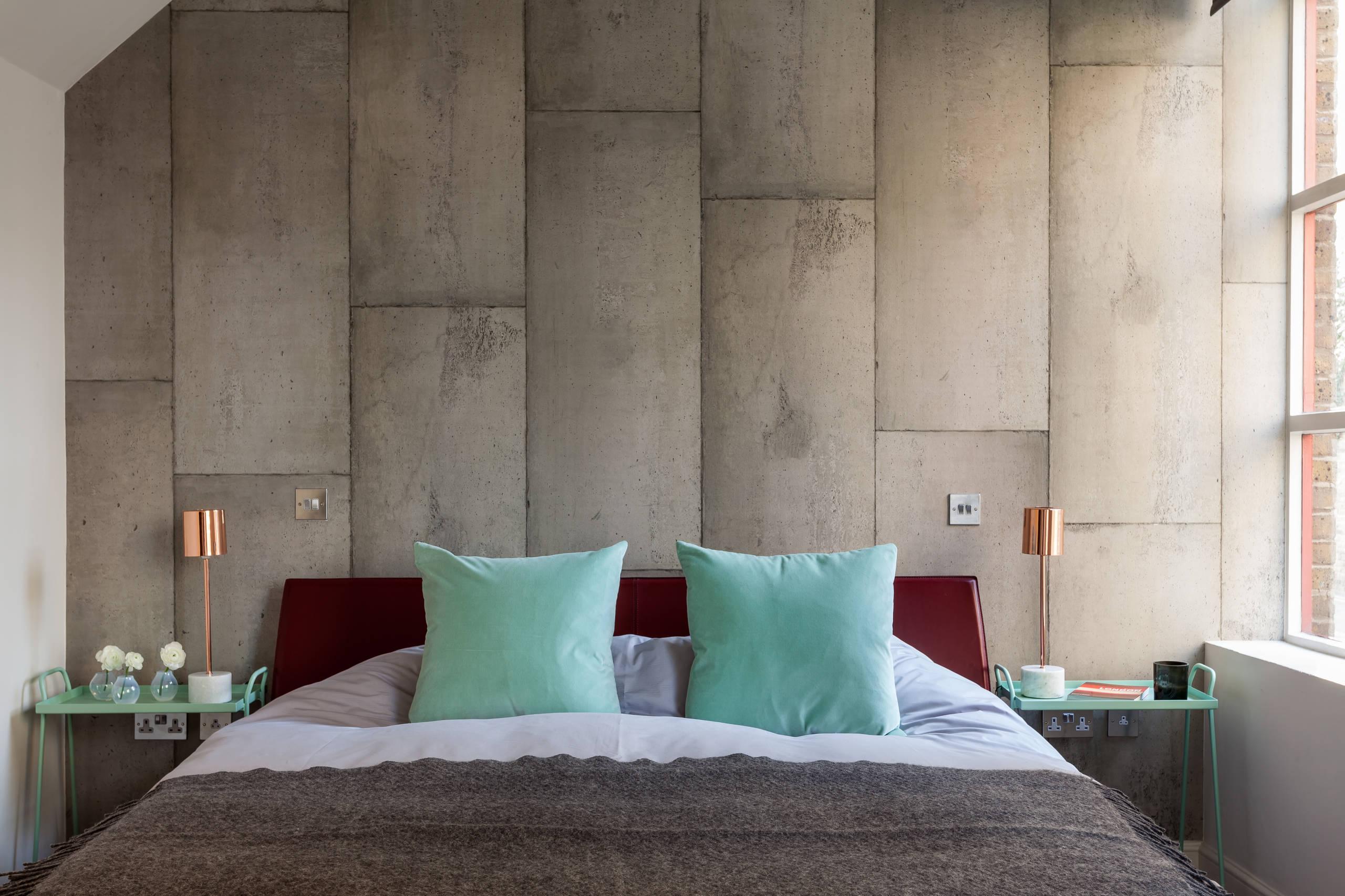 Ambiance incroyablement charmante d'un espace loft avec des murs en béton
