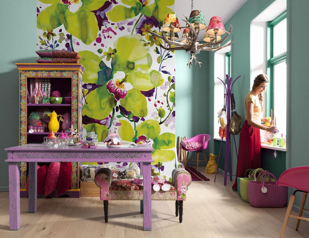 Des fleurs lumineuses et juteuses transforment la pièce