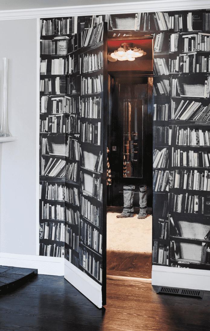 La porte et une partie du mur sont décorées d'une impression de livre