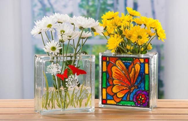 Beau vase à fleurs coloré peint avec des peintures de vitraux