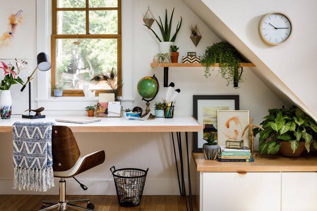 Lieu de travail confortable et fonctionnel avec une petite table près de la fenêtre