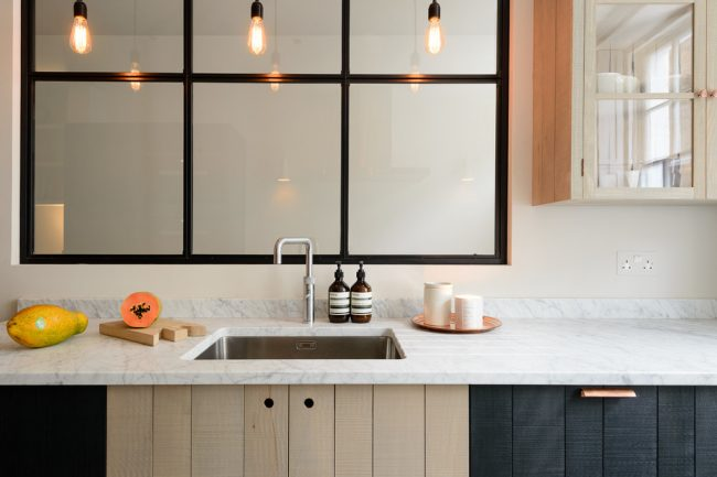 Une petite cuisine peut être bien agencée et avec goût, un petit espace ne gênera pas cela