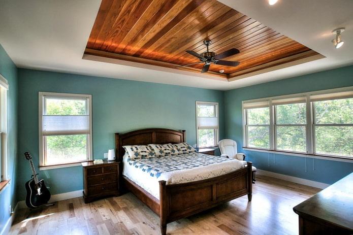 structure de plafond en bois à deux niveaux