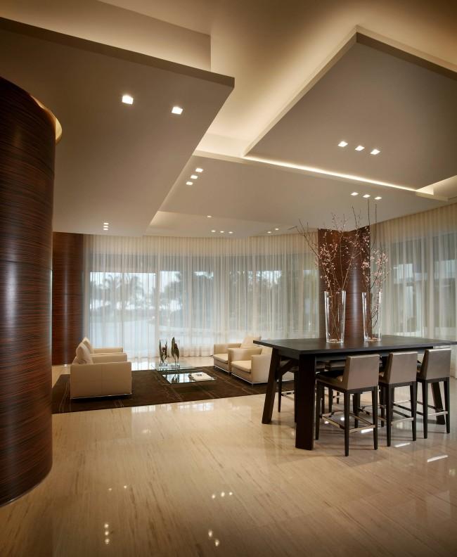 Plafond en placoplâtre dans le hall.  Pour les pièces avec de hauts plafonds, les cloisons sèches résolvent presque tous les problèmes esthétiques et pratiques