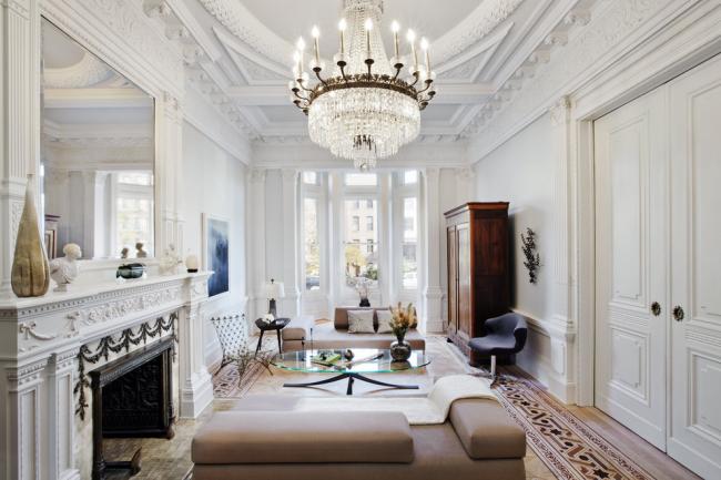 Plafond luxueux de placoplâtre décoré du stuc de plâtre