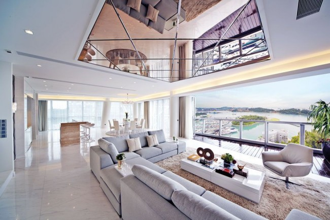 Plafond miroir dans un salon moderne