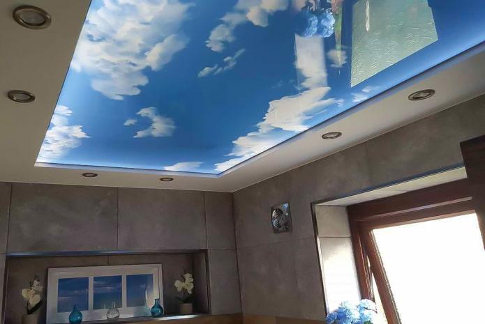 plafond avec une image du ciel