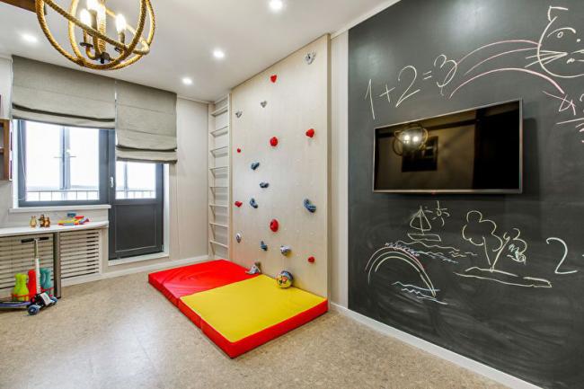 Un plafond tendu classique crée la toile de fond parfaite pour des idées de design