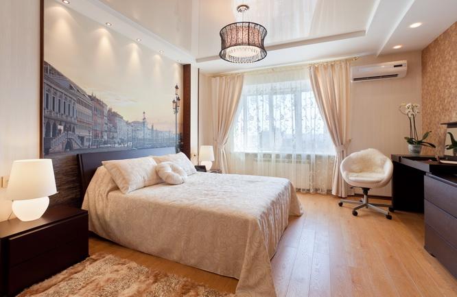 Le blanc brillant est le cadre parfait pour une chambre élégante aux couleurs vives