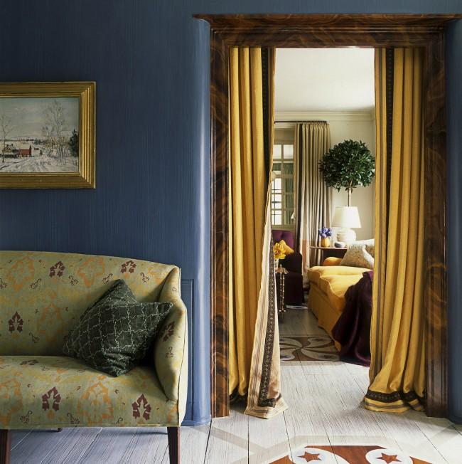 Pour un style bohème et rétro, des rideaux occultants en tissu aux riches couleurs naturelles conviennent.