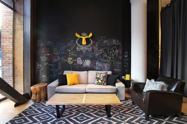 Salon créatif avec mur pour la créativité