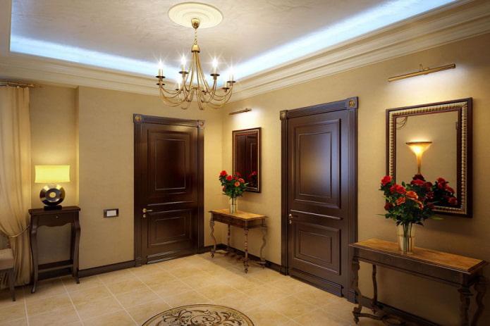 portes de couleur wengé dans le couloir dans un style classique