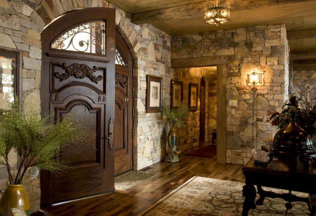 Les portes sombres ont l'air luxueuses dans n'importe quel intérieur