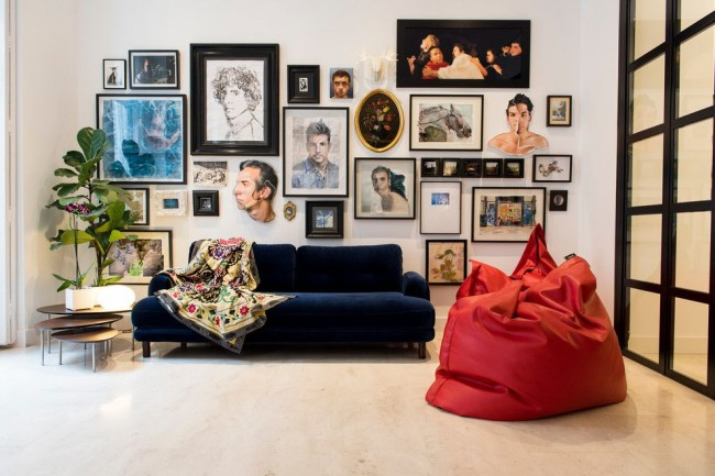 Fauteuil poire rouge dans un salon éclectique