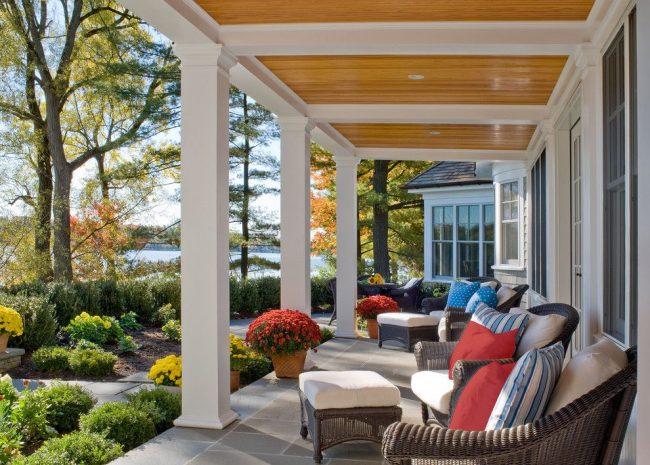 Une vue sur le lac et les environs soignés est l'atout d'une maison avec terrasse