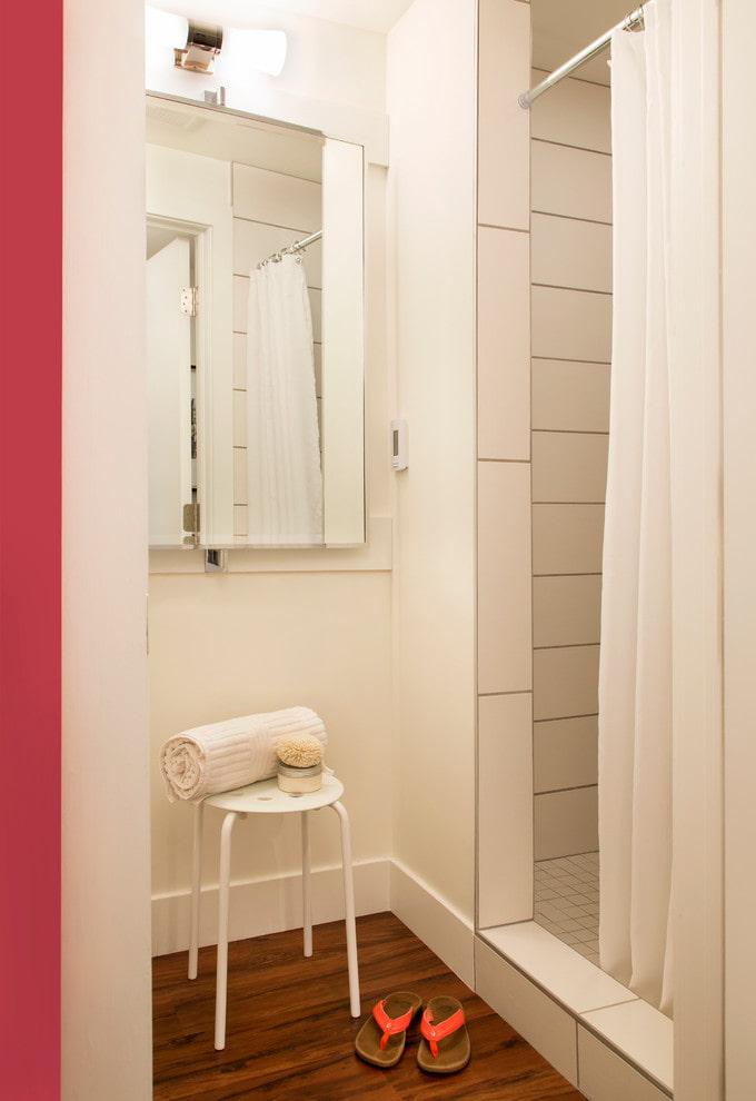 Salle de douche dans une petite salle de bain