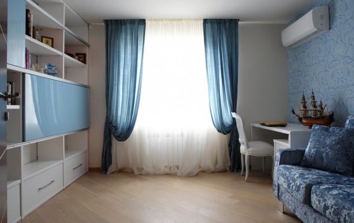 rideaux bleus dans la chambre des enfants