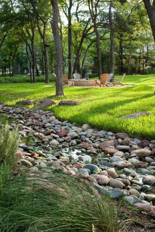 La forme rectiligne ou sinueuse d'un cours d'eau asséché peut souligner les caractéristiques du paysage du site