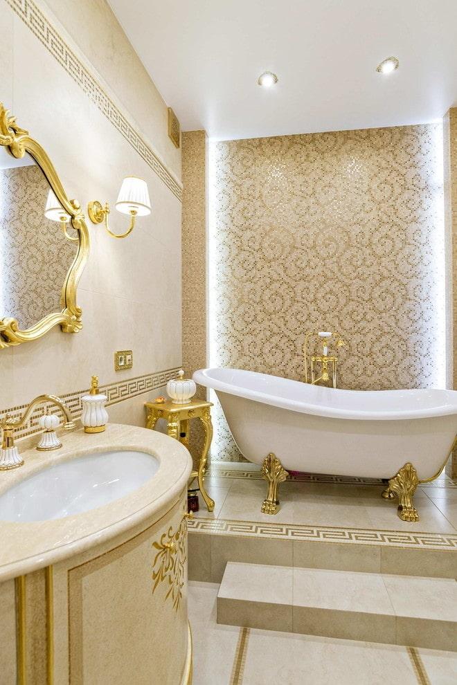 salle de bain avec déco dorée