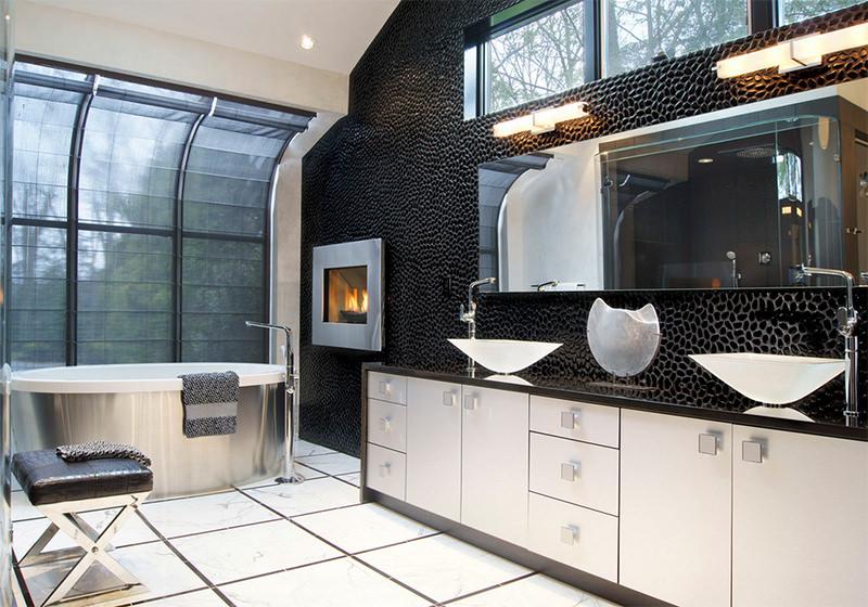 Photo 1 - L'association du carrelage blanc au sol et aux murs avec des pierres décoratives noires