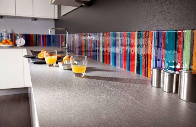 Une bande lumineuse de tablier en verre dans une cuisine grise