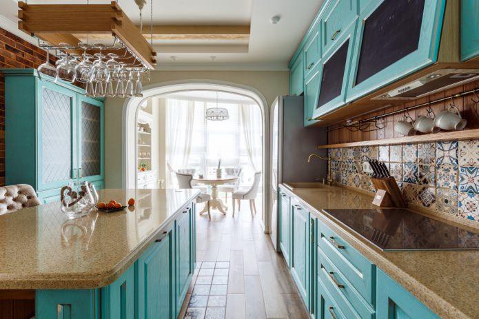 intérieur de cuisine de couleur turquoise avec majolique sur un tablier de cuisine