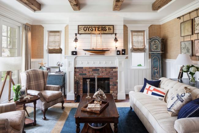 Salon confortable d'une maison privée, décoré dans le style mors
