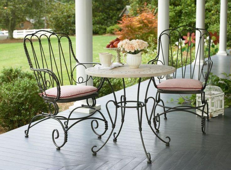 Une table en fer forgé n'est pas seulement un meuble, mais aussi un élément de décoration
