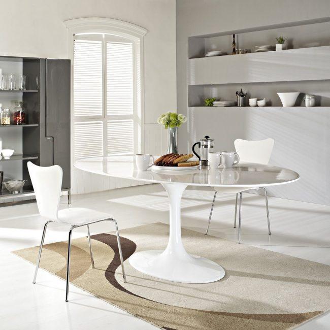 Table ovale blanche dans une cuisine scandinave