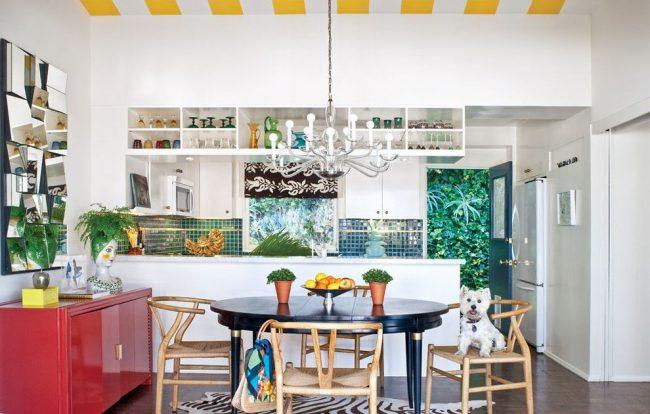 Table pliante en bois peint robuste et fiable pour une cuisine éclectique avec de nombreux détails décoratifs originaux