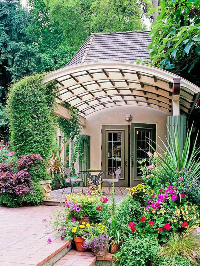 Magnifique terrasse avec un toit en polycarbonate en forme d'arche