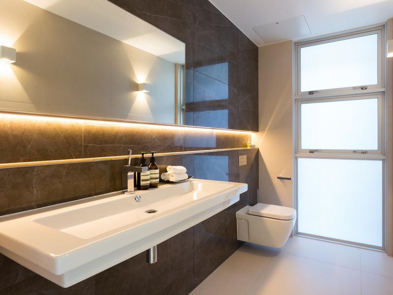 Salle d'hygiène élégante avec toilettes suspendues