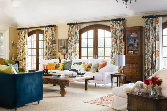 Tringles à rideaux en bois.  Style impeccable et intemporel dans la maison que Colorado Homes and Lifestyles a décerné