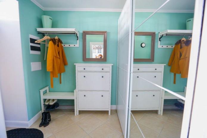 couloir blanc et turquoise