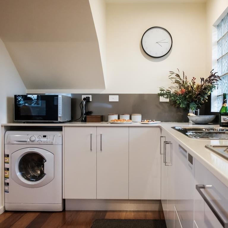 micro-ondes au dessus de la machine à laver