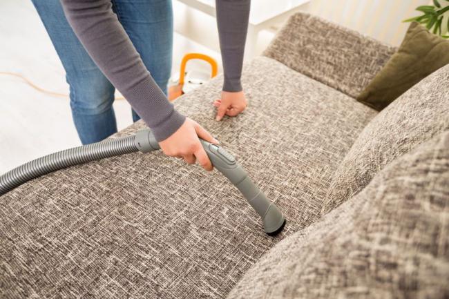 Les meubles rembourrés doivent être nettoyés régulièrement pour éviter les odeurs désagréables ou les allergies.