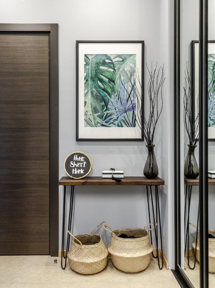 Affiche, paniers et vase dans le couloir