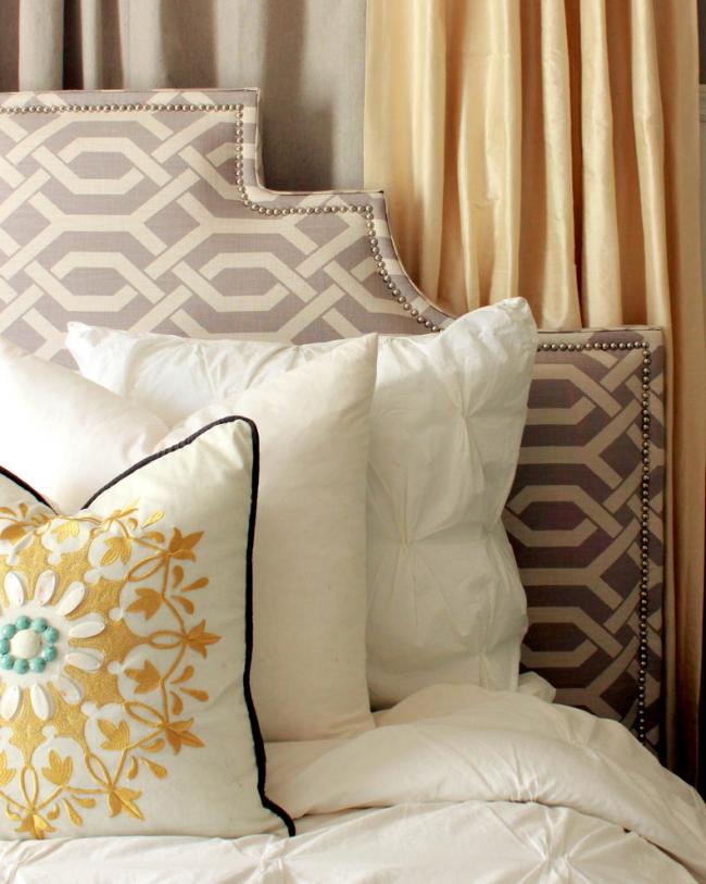 Une tête de lit élégante embellit non seulement le lit, mais aussi la pièce dans son ensemble